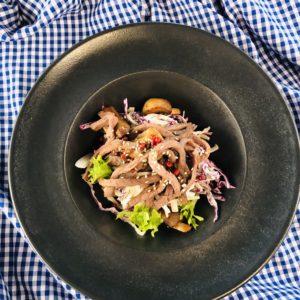 Тёплый салат из телятины со спаржевой фасолью