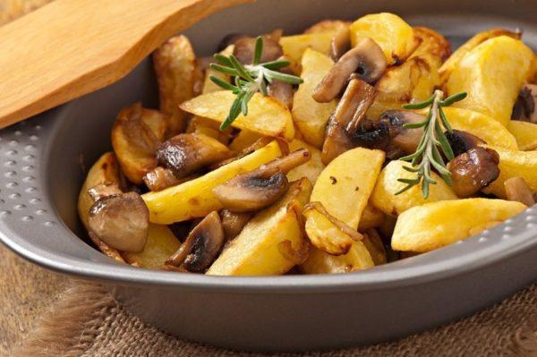 Картофель жареный по-домашнему с грибами и луком