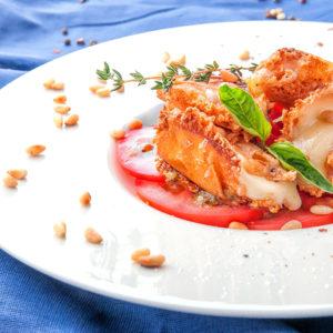 Моцарелла жареная с помидорами и соусом песто