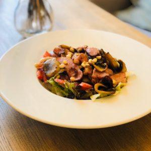 Салат с беконом, помидором, грибами и миксом салата
