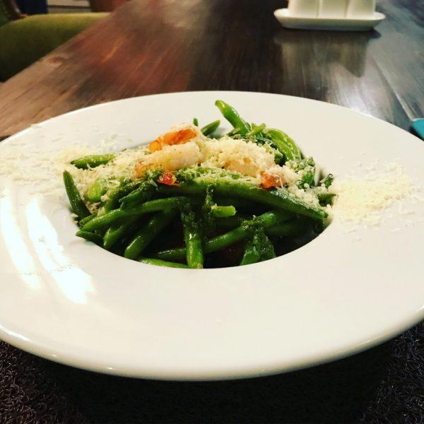 Салат со спаржевой фасолью и креветкой
